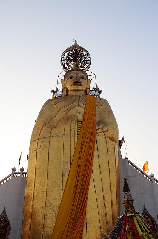 Bangkok, Wat Indrawihan, Stehender Buddha