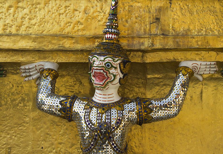 Bangkok, Wat Phra Keo, Dämon an Chedi