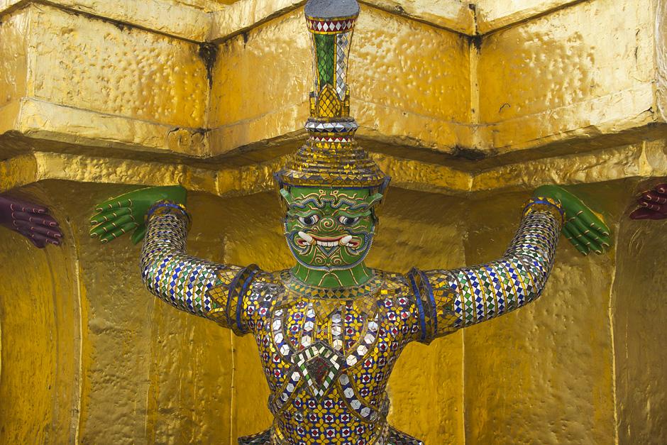 Bangkok, Wat Phra Kaeo, Dämon an Chedi