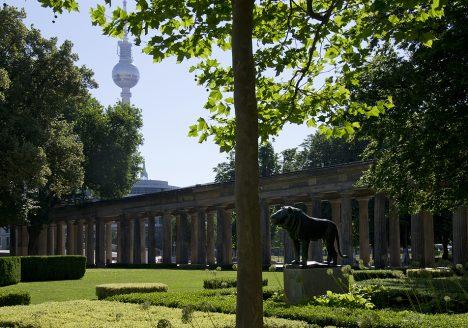Museumsinsel Berlin, Löwe von August Gaul im Kolonnadenhof