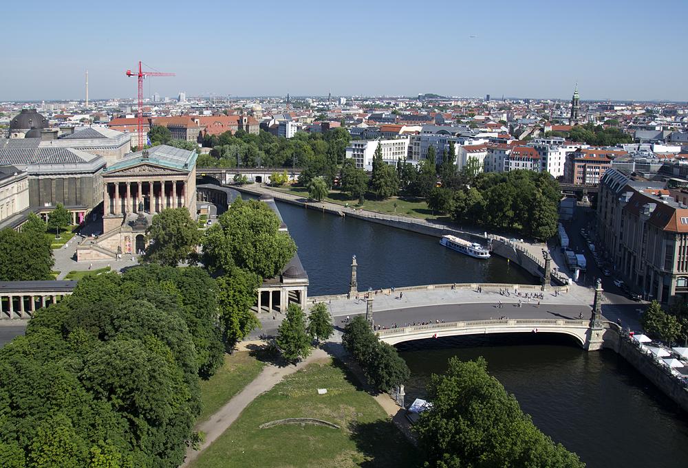 Alte Nationalgalerie vom Berliner Dom aus gesehen