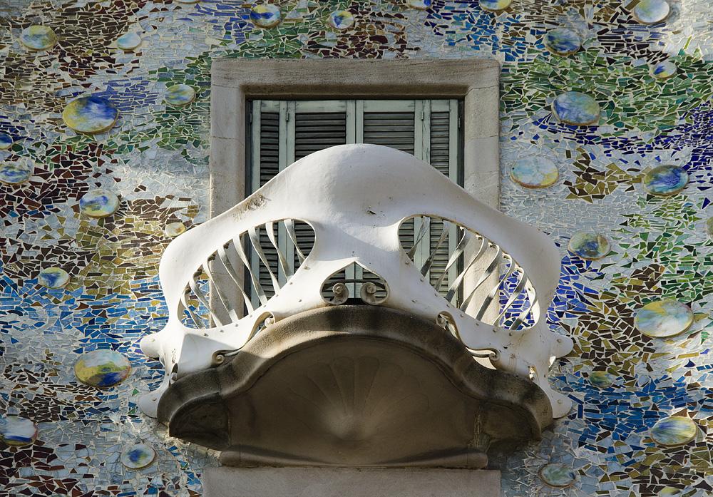 Barcelona, Casa Batlló von Antoni Gaudi, Manzana de la Discordia, Totenschädel, Balkon