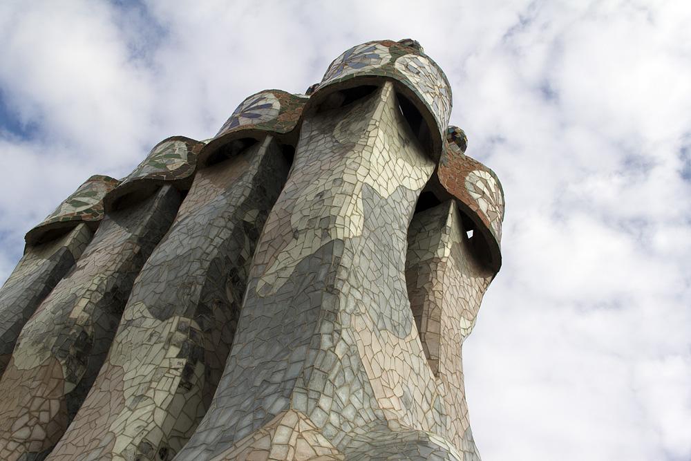Barcelona, Casa Batlló von Antoni Gaudi, Kamine auf der Dachterrasse