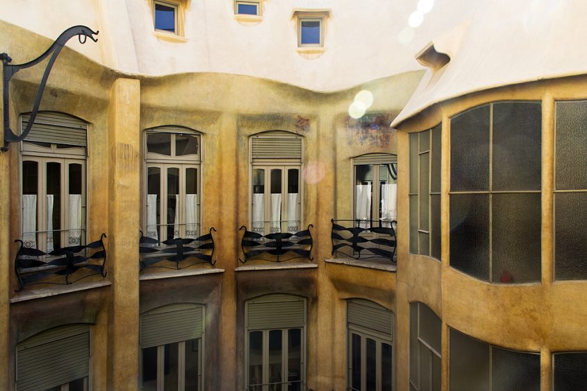Barcelona, Casa Milà, La Pedrera, Antoni Gaudí, Fenster zum Innenhof