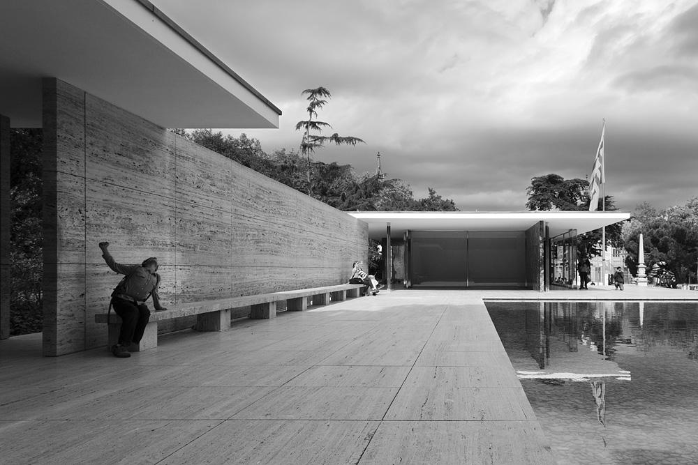 Barcelona, Besucher, Rekonstruktion des Deutschen Pavillons von Mies van der Rohe zur Weltausstellung 1929