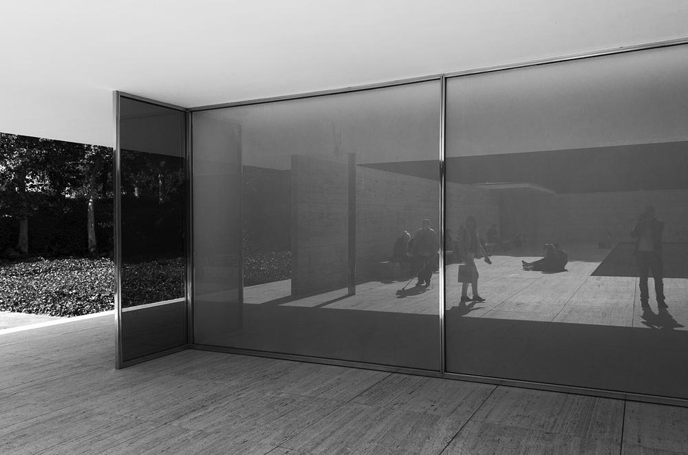Barcelona, Glaswand, Rekonstruktion des Deutschen Pavillons von Mies van der Rohe zur Weltausstellung 1929