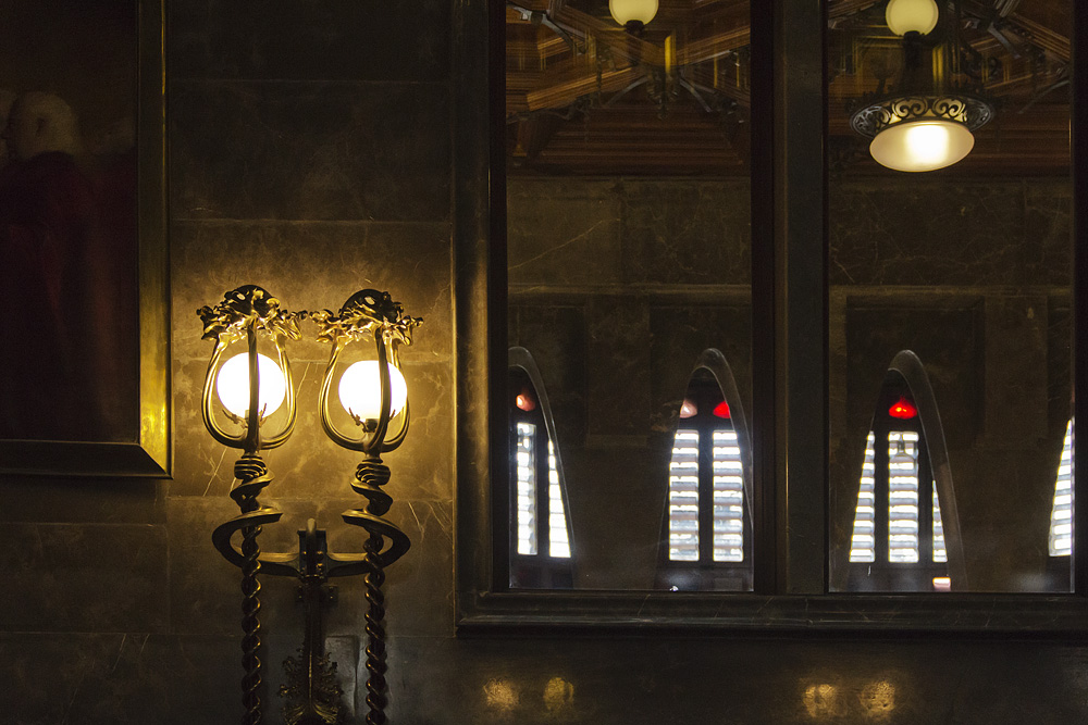 Barcelona, Palau Güell, Antoni Gaudi, Lampen in der Zentralhalle