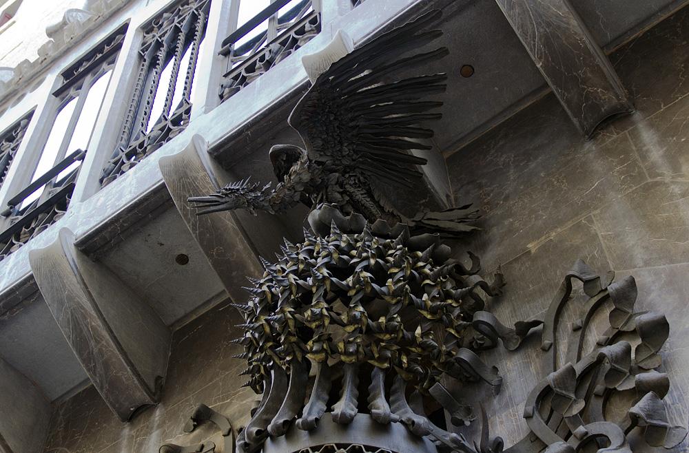 Barcelona, Palau Güell, Antoni Gaudi, Drache über dem Eingang