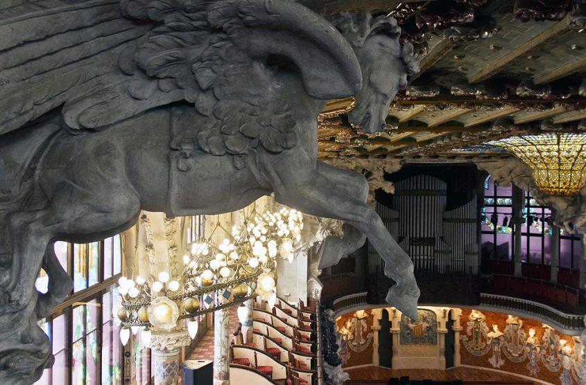 Barcelona, Palau de la Música Catalana, Pegasus von Pablo Gargallo über dem zweiten Rang