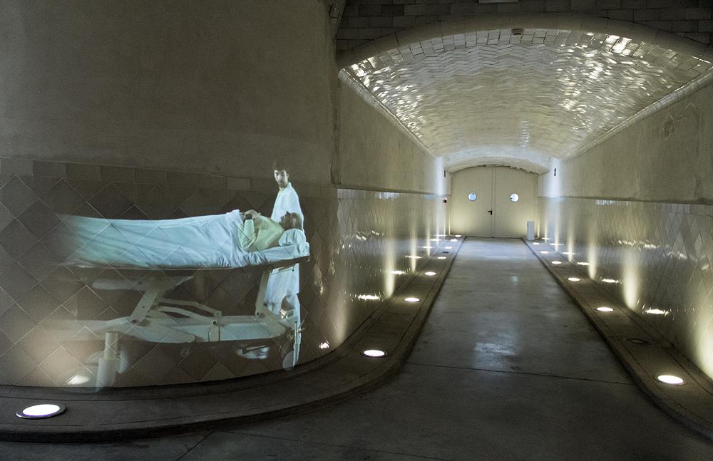 Barcelona, Hospital de la Santa Creu i Sant Pau, Vedeoinstallation im Tunnel
