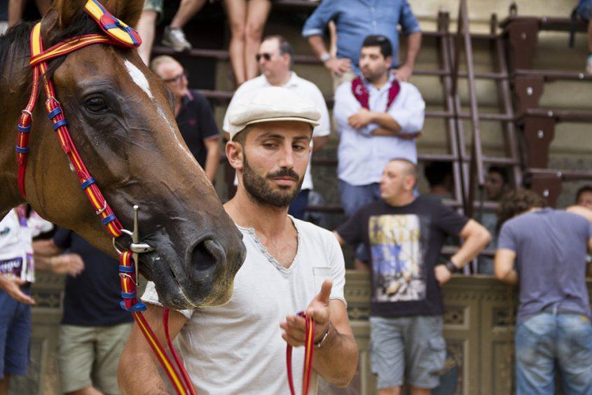 Siena, Palio, Präsentation des Siegerpferdes des dritten Proberennens