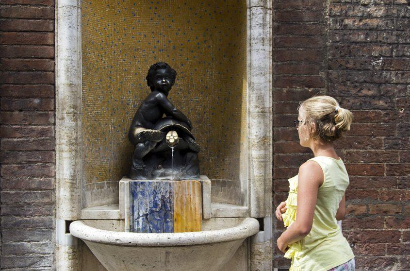 Siena, Brunnen mit dem Kind und der Schildkröte