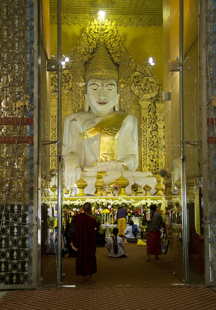 Mandalay, Buddha in der Kyauktawgyi-Pagode