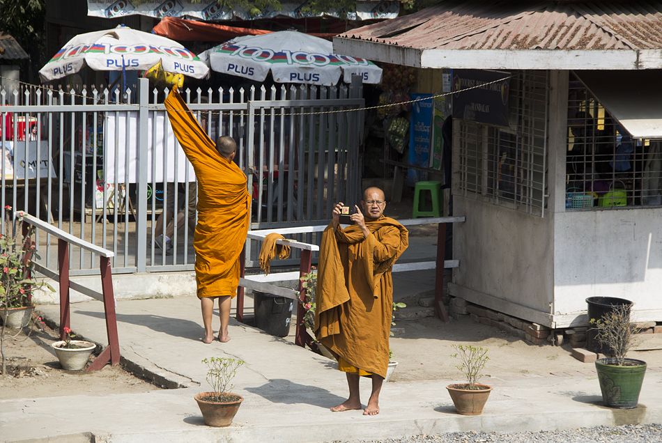 Mandalay, Mönche am Shwenandaw-Kloster