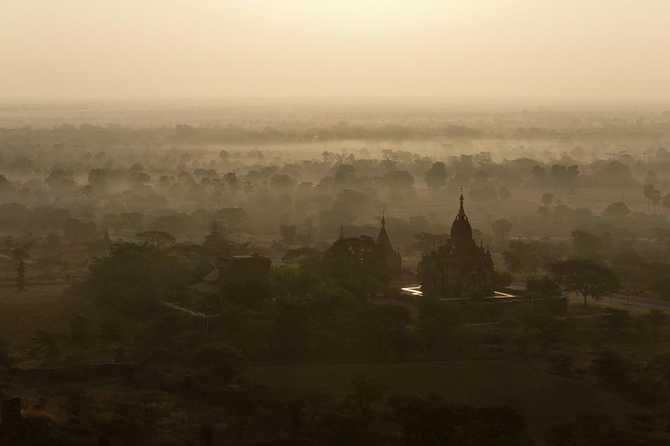 Bagan, Sonnenaufgang, Blick vom Nanmyint-Turm nach Osten