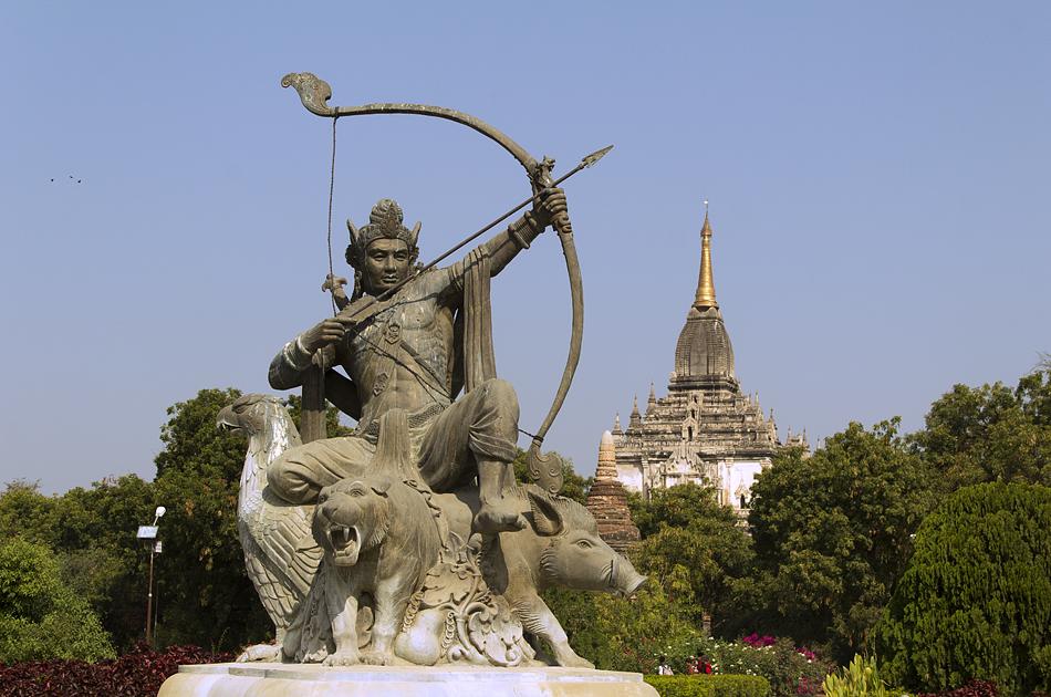 Bagan, Statue des König Pyusawhti vor dem Archäologischen Museum
