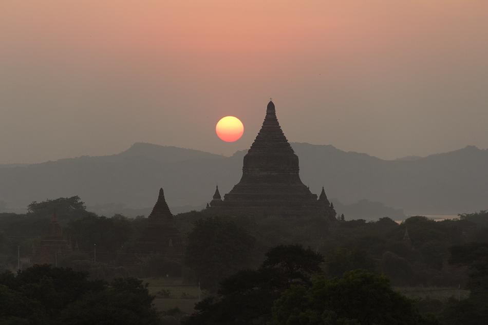 Bagan, Sonnenuntergang, Blick vom Shwesandaw-Tempel zur zur Mingalazedi-Pagode