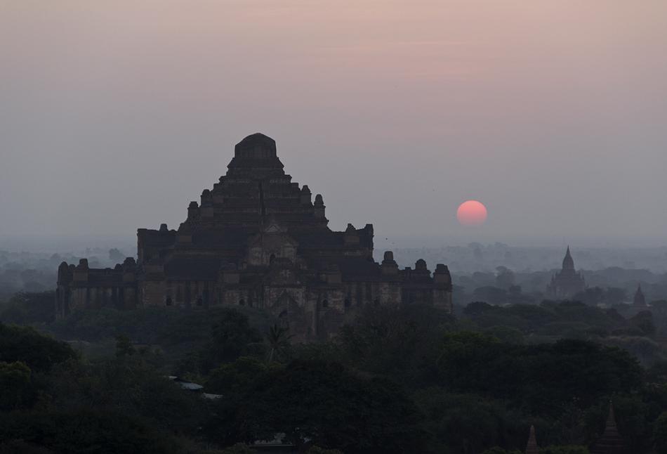 Bagan, Sonnenaufgang, Blick vom Shwesandaw- zm Dahammayangyi-Tempel