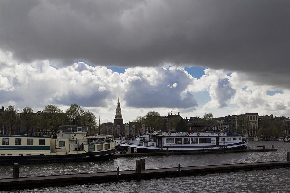 Amsterdam, Blick vom Nemo zur Oude kerk