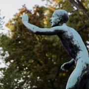 Halle Saale, Bronzeskulptur Läufer am Ziel von Fritz Röll