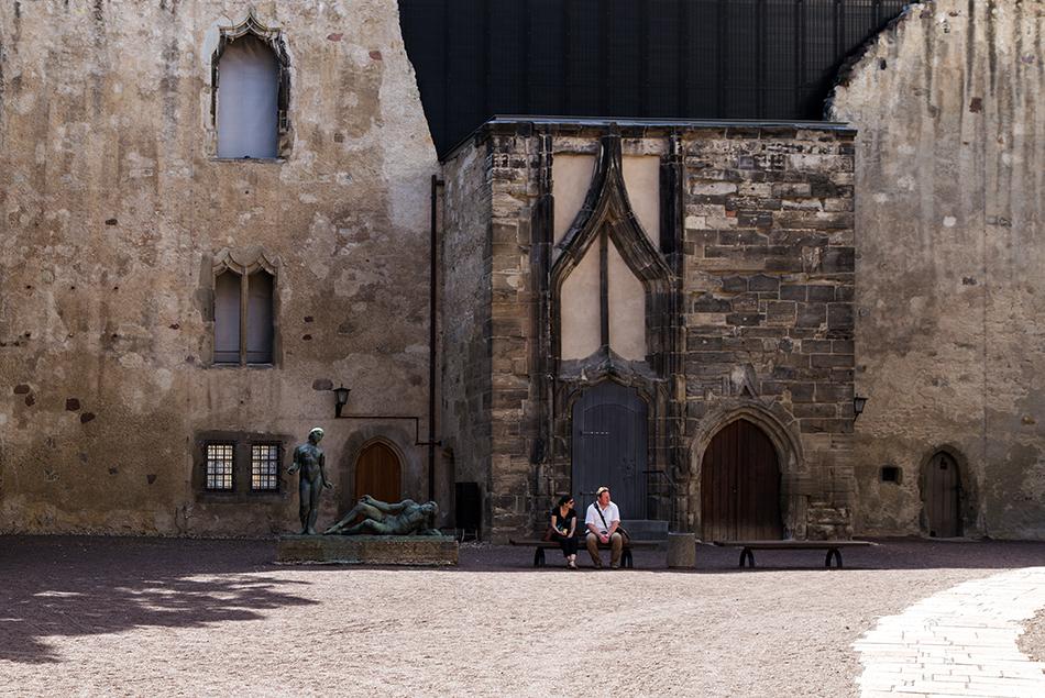 Halle Saale, Moritzburg, Innenhof mit Ehrenmal für die Opfer des Faschismus von Waldemar Grzimek