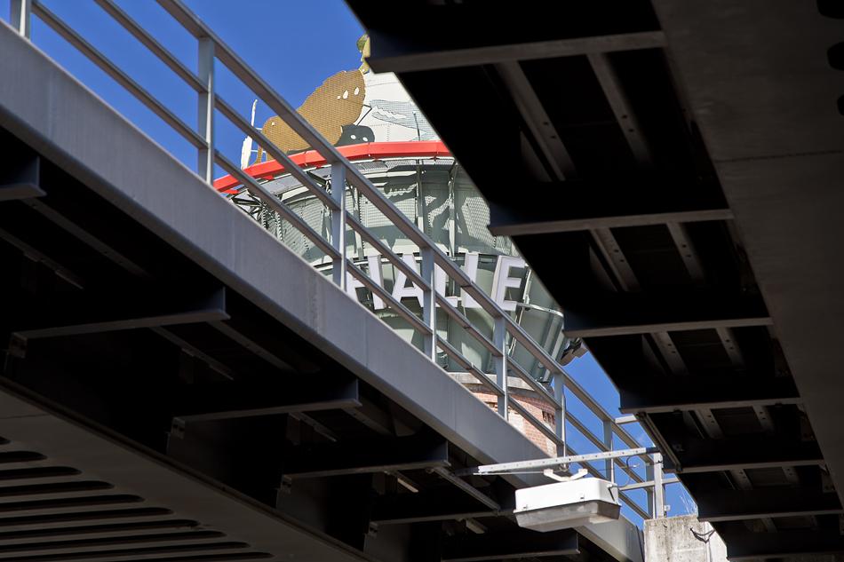 Halle Saale, Wasserturm am Hauptbahnhof mit Werbung für Zoo