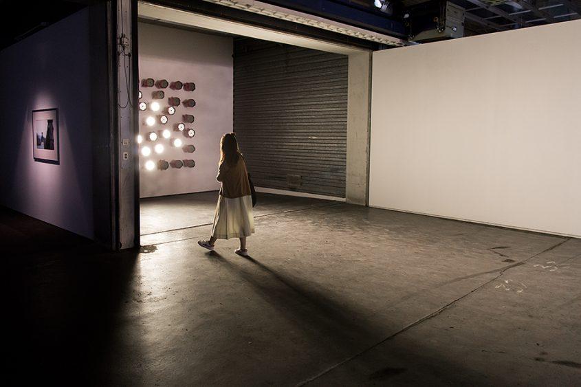 Fabian Fröhlich, Kassel, documenta 14, Neue Hauptpost, Maria Hassabi, STAGING: Lighting Wall #1