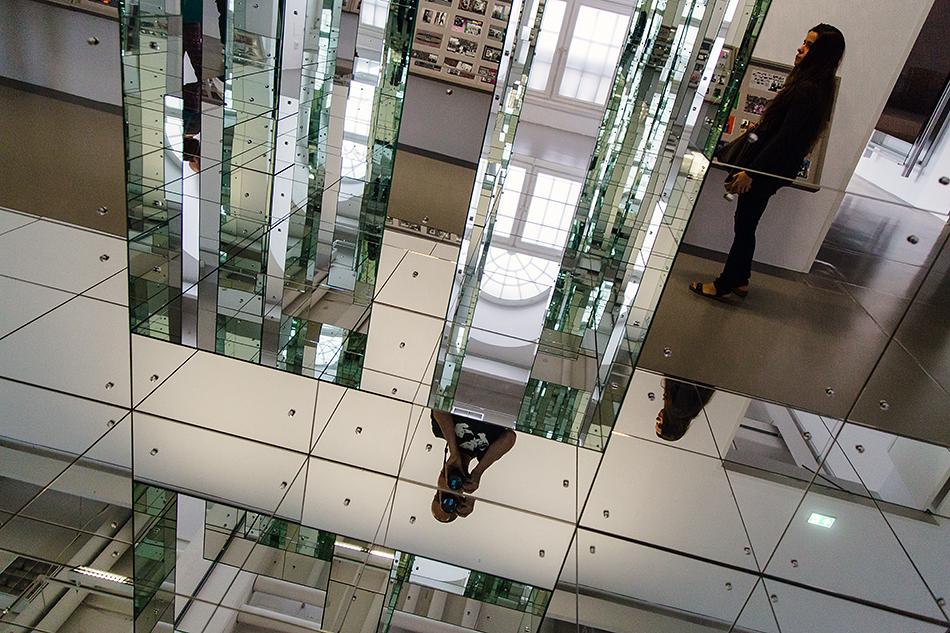Fabian Fröhlich, documenta 14, Kassel, Fridericianum, EMST, Lucas Samaras. Mirror Structure - Embrace