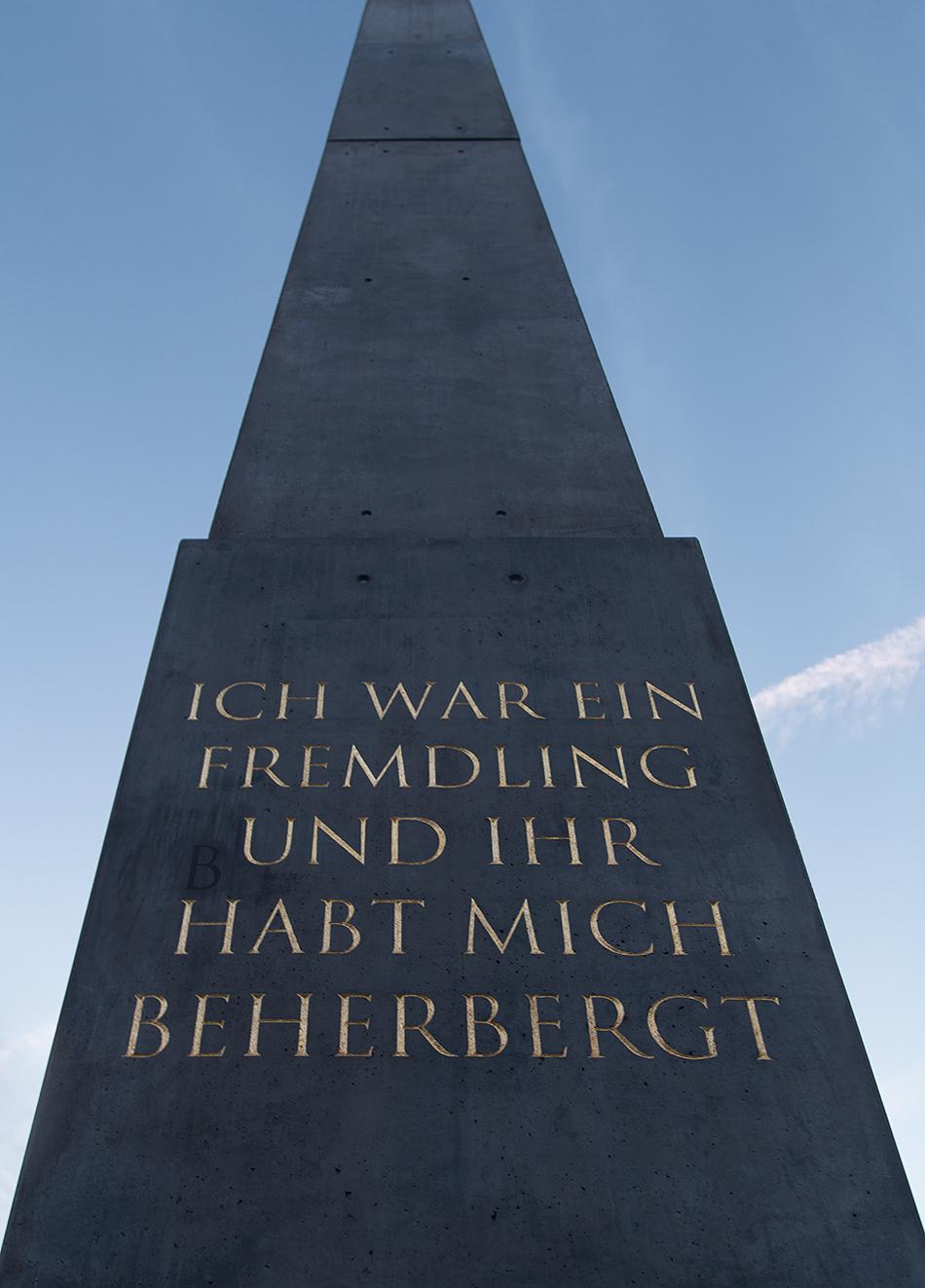 Fabian Fröhlich, documenta 14, Kassel, Olu Oguibe, Das Fremdlinge und Flüchtlinge Monument  (Königsplatz)