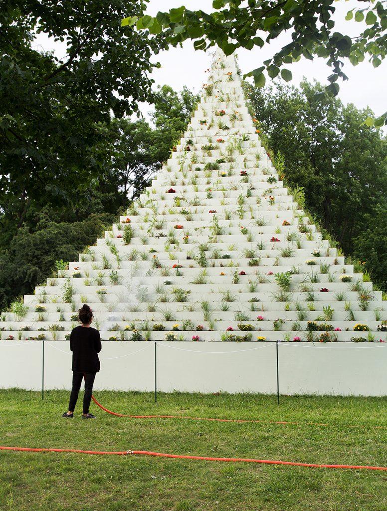 Fabian Fröhlich, documenta 14, Kassel, The Living Pyramid by Agnes Denes (Nordstadtpark)