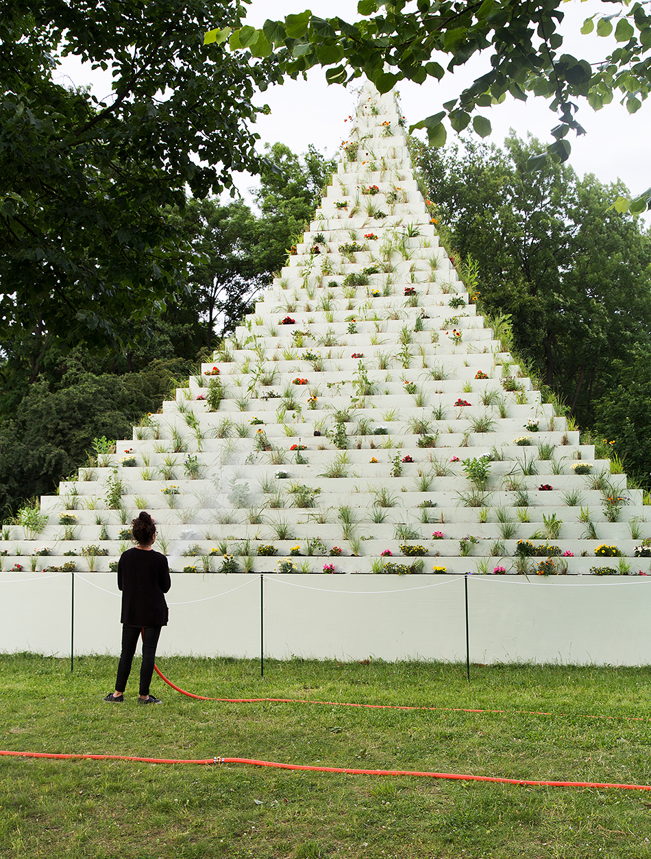 Fabian Fröhlich, documenta 14, Kassel, The Living Pyramid by Agnes Denes (Nordstadtpark)