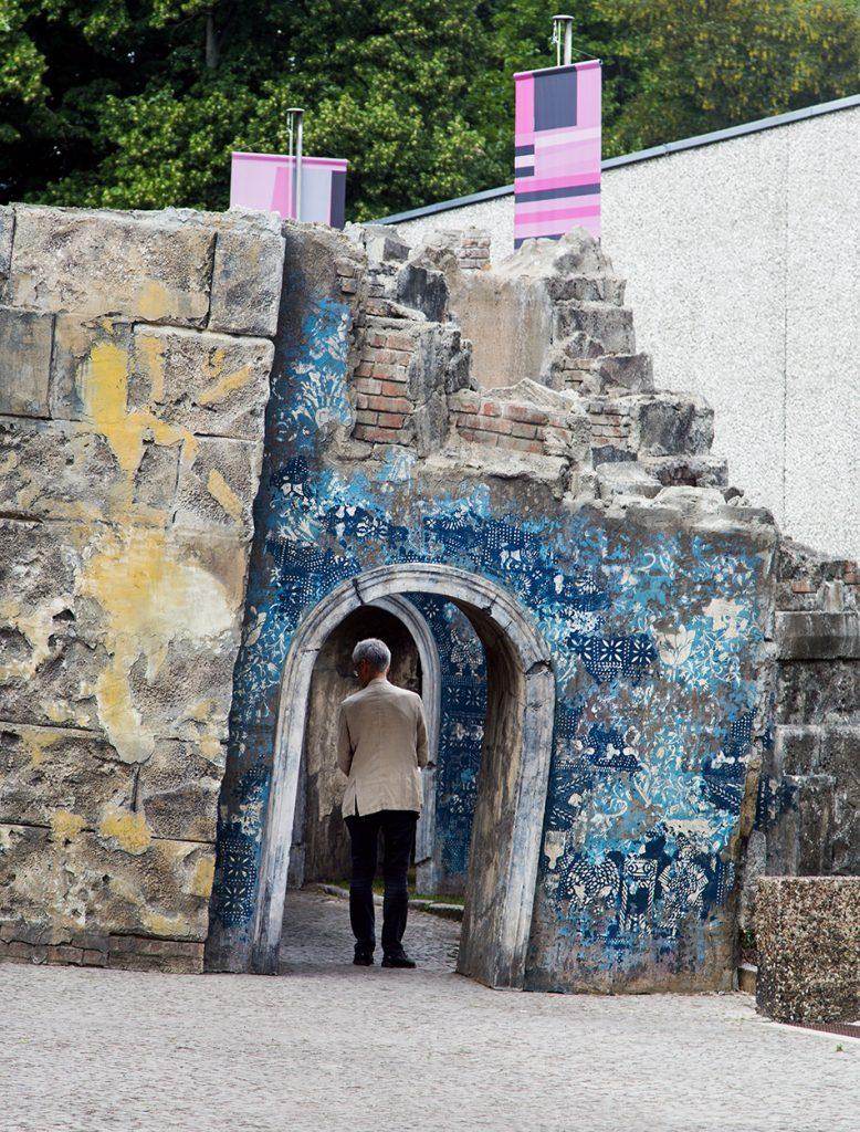 """Fabian Fröhlich, 10 Berlin Biennale, Firelei Báez, 19° 36' 16.89"""" N, 72° 13' 6.95"""" W) / (52.4042° N, 13.0385° E (Akademie der Künste)"""