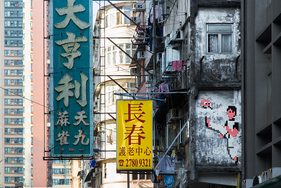Fabian Fröhlich, Hongkong, Kowloon,Street Art by Invader at Temple Street