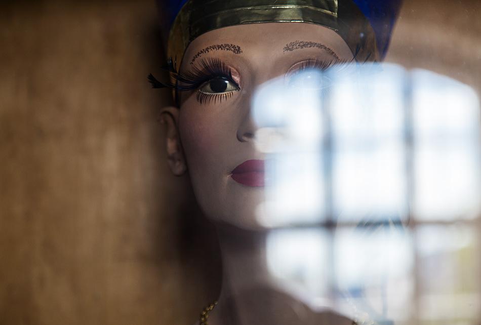 Fabian Fröhlich, Berlin, Gipsformerei, Nofretete mit Make-up von Alex Rothe / Giorgio Armani