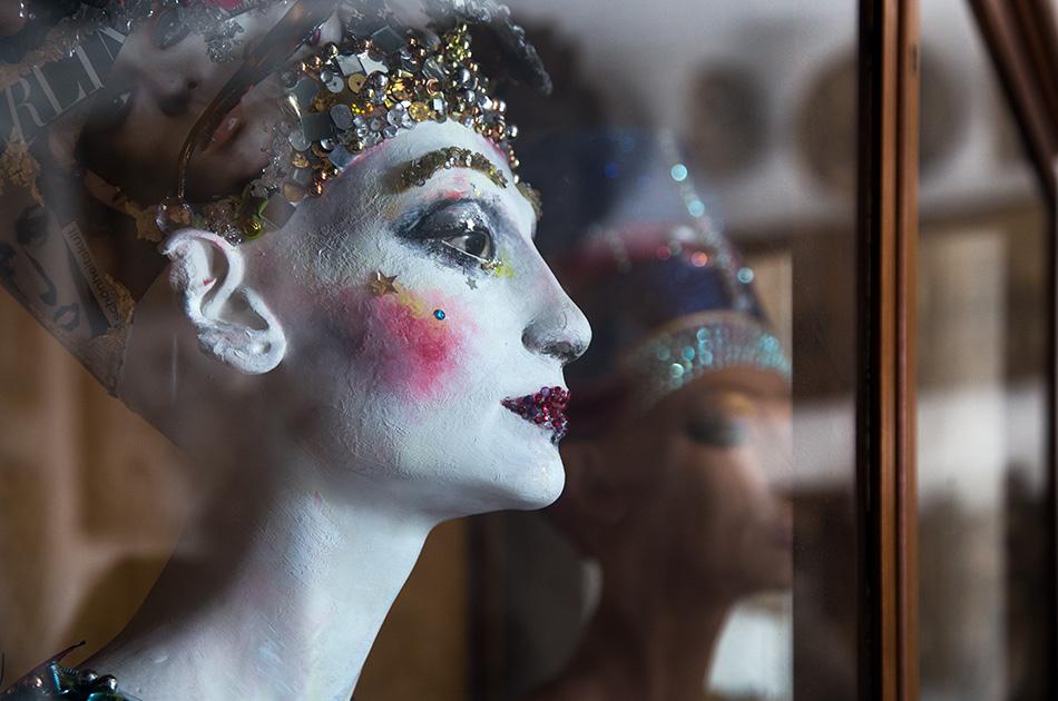 Fabian Fröhlich, Berlin, Gipsformerei, Nofretete mit Make-up von Loni Baur