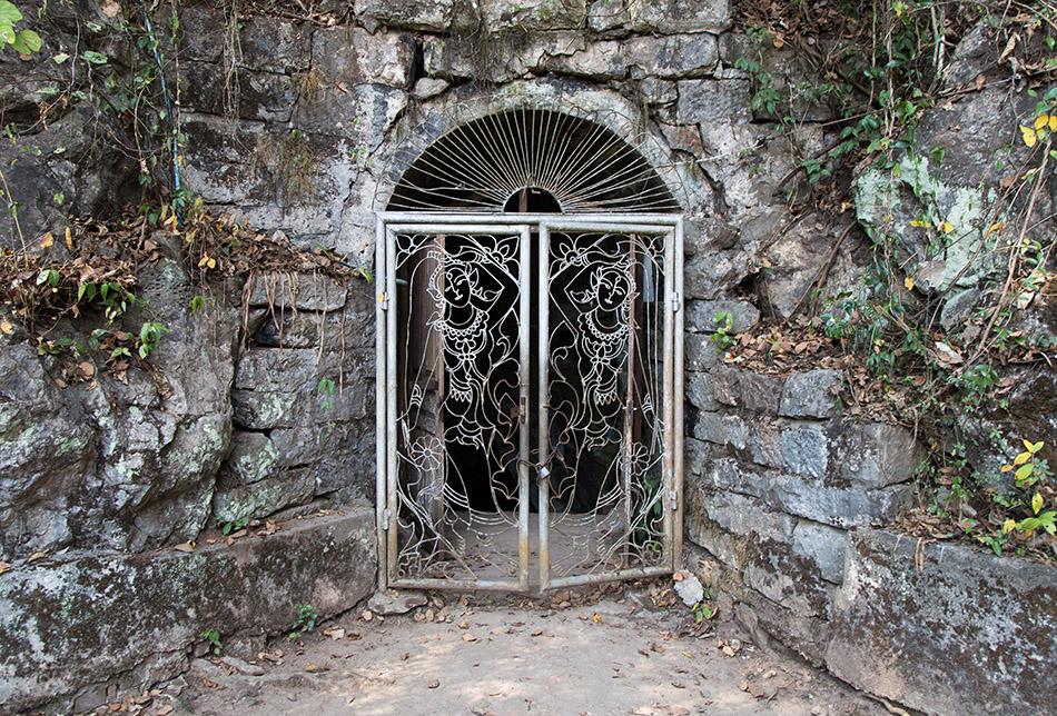 Fabian Fröhlich, Luang Prabang, Entrance to Wat Tham Sakkalin cave