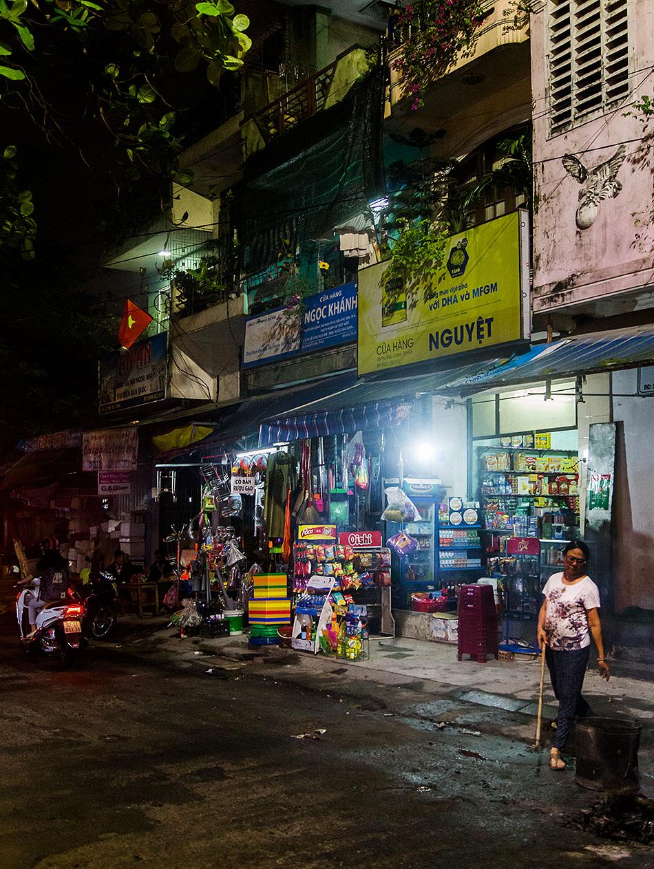 Fabian Fröhlich, Vietnam, Huế, Shop at night