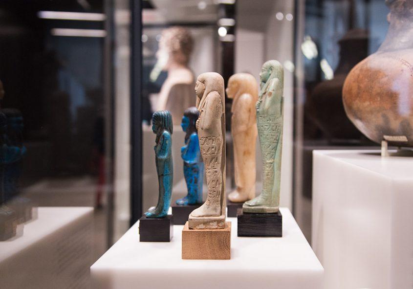 Fabian Fröhlich, James-Simon-Galerie, Berlin, uschebti in der Archäologischen Promenade