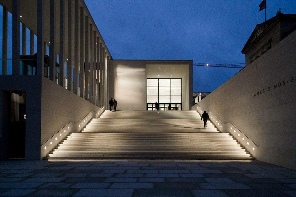 Fabian Fröhlich, James-Simon-Galerie, Eingang bei Nacht
