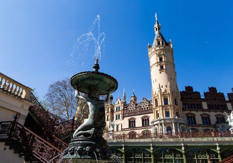 Fabian Fröhlich, Schwerin, Brunnen in der Orangerie und Schloss