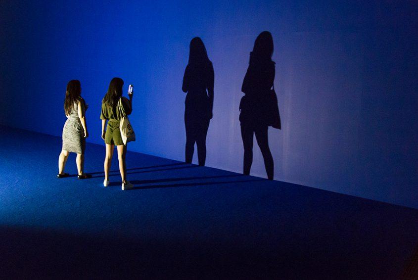 Fabian Fröhlich, Tate Modern, Dominique Gonzalez-Foerste, Séance de Shadow II (bleu)