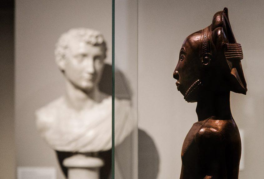 Fabian Fröhlich: Unvergleichlich: Kunst aus Afrika im Bode-Museum, Männliche Ahnenfigur, Hemba (Demokratische Republik Kongo); Im Hintergrund: Bildnis eines jungen Mannes von Baccio Bandinelli