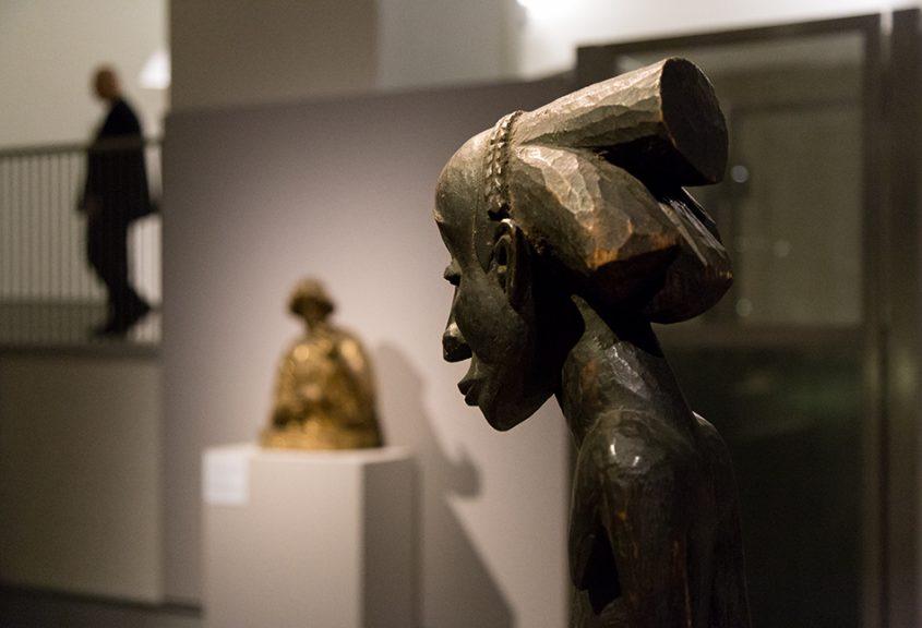 Fabian Fröhlich: Unvergleichlich: Kunst aus Afrika im Bode-Museum, Ahnenfigur des Buli-Meisters, Luba (Demokratische Republik Kongo), im Hintergrund: Reliquienbüste eines Heiligen, Spanien