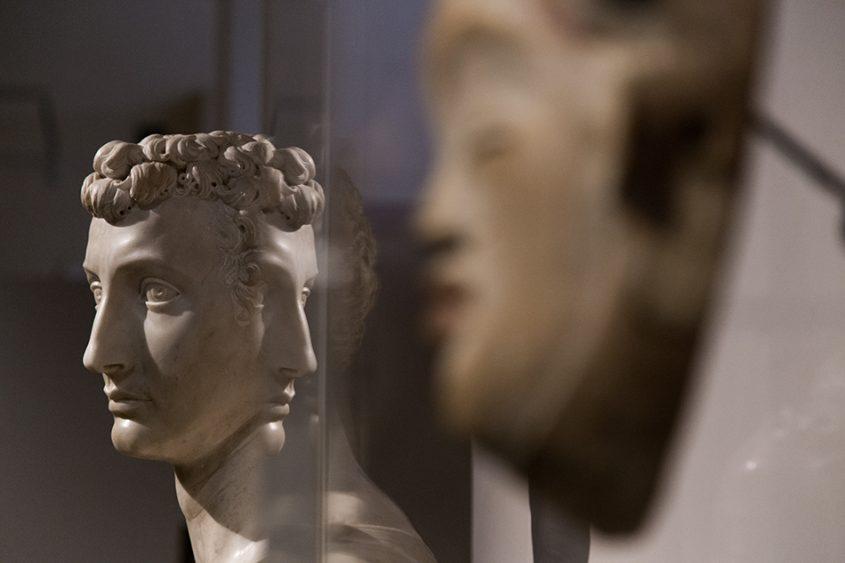 Fabian Fröhlich: Unvergleichlich: Kunst aus Afrika im Bode-Museum, Bildnis eines jungen Mannes von Baccio Bandinelli; im Vordergrund: Maske, Puni (Gabun)