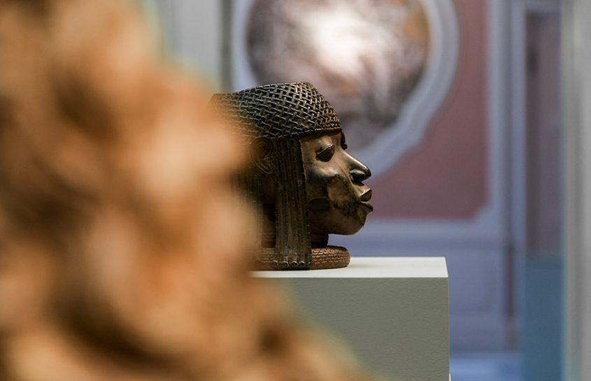 Fabian Fröhlich: Unvergleichlich: Kunst aus Afrika im Bode-Museum, Kopf eines Oba aus dem Königreich Benin; Johannesschüssel