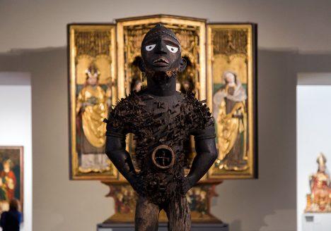 Fabian Fröhlich: Unvergleichlich: Kunst aus Afrika im Bode-Museum, Mangaaka (Kraftfigur, nkisi n'kondi), Yombe (Kongo); im Hintergrund: Zamser Retabel mit Muttergottes und Heiligen, Tirol