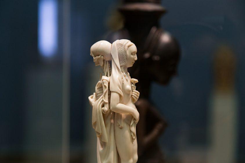 Fabian Fröhlich: Unvergleichlich: Kunst aus Afrika im Bode-Museum, Memento Mori, Paris; im Hintergrund: Zwei menschliche Figuren mit Schale, Warua-Meister, Luba, (Republik Kongo)