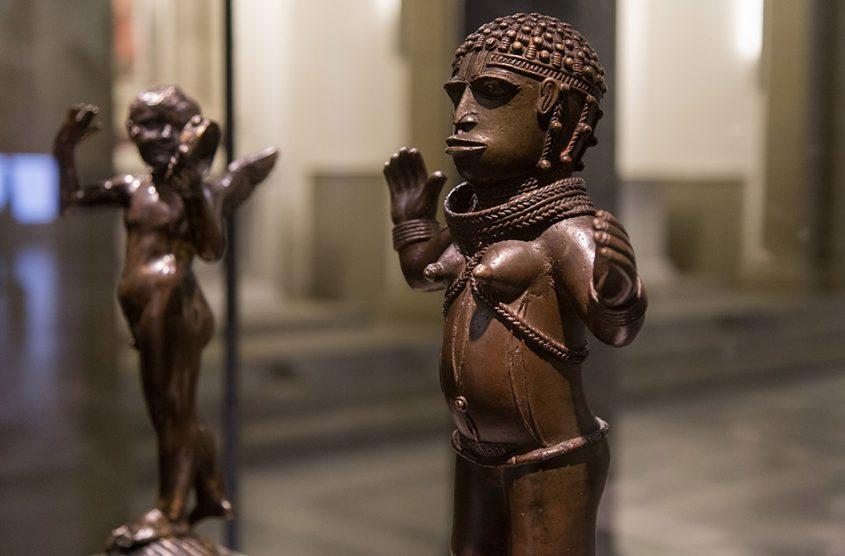 Fabian Fröhlich: Unvergleichlich: Kunst aus Afrika im Bode-Museum, Statuette der Göttin Irhevbu oder der Prinzessin Edeleyo, Königreich Benin (Nigeria), 16. oder 17. Jh.; Putto mit Tamburin, Donatello