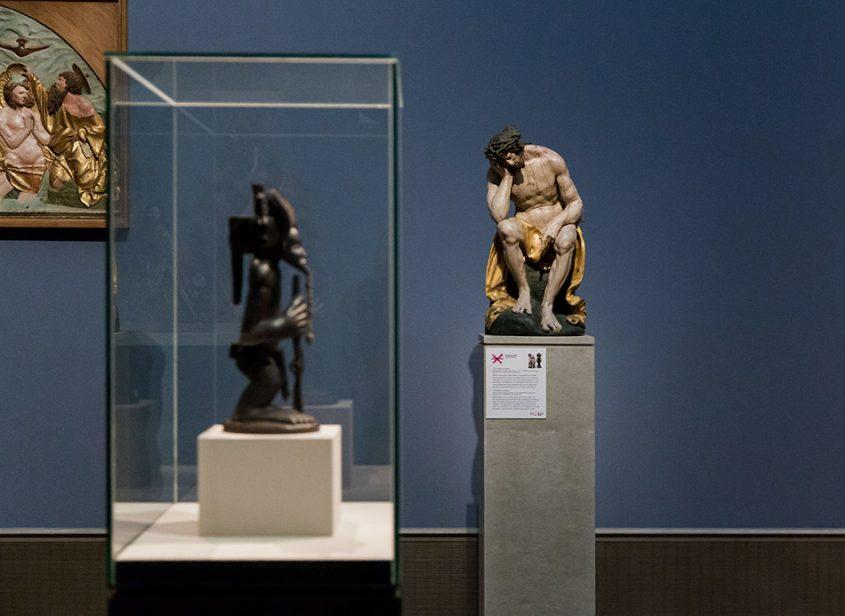 Fabian Fröhlich: Unvergleichlich: Kunst aus Afrika im Bode-Museum, König und Kulturheros Chibinda Ilunga, Chokwe (Angola); Christus im Elend von Hans Leinberger