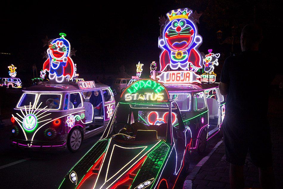 Fabian Fröhlich, Jogja, ꦔꦪꦺꦴꦒꦾꦏꦂꦠ, Neon cars at Alun-Alun Kidul (Southern Square)